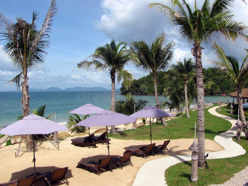 Ombrelli e mare di spiaggia fotografie stock libere da diritti
