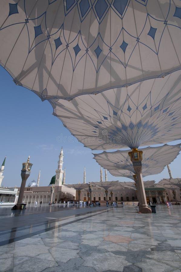 Ombrelli giganti alla moschea di Nabawi in Medina immagine stock libera da diritti