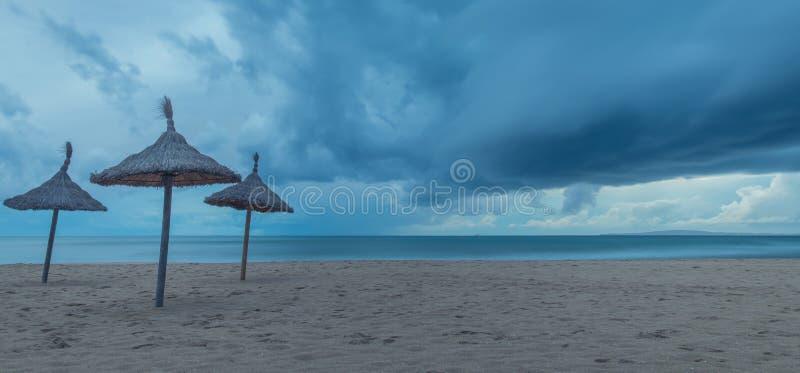 Ombrelli sulla tempesta fotografie stock