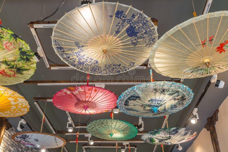 Ombrelli variopinti della carta cinese fotografie stock