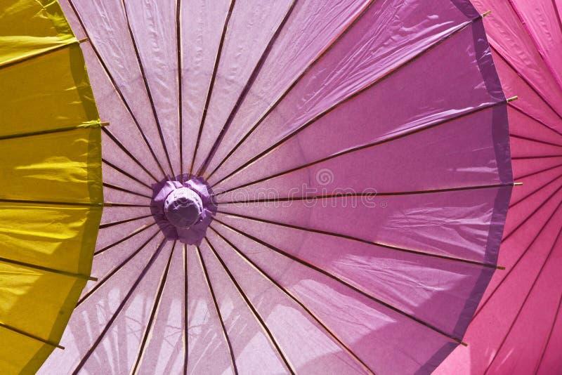Ombrelli variopinti a grandezza naturale del cocktail, illuminati fotografia stock