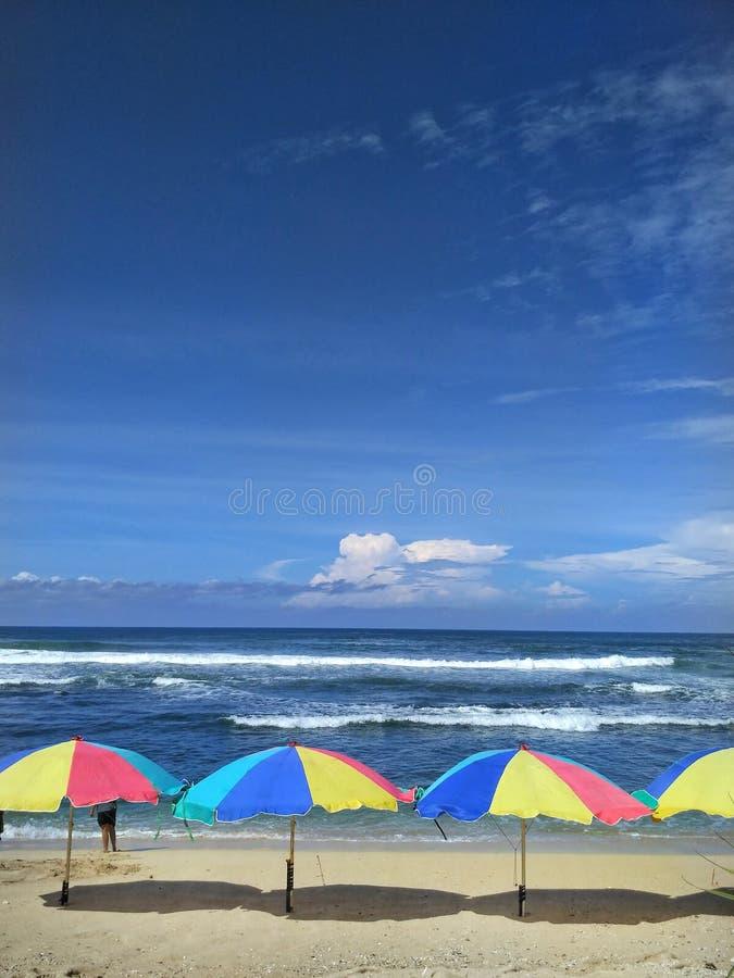 Ombrello di Colourfull nel mare immagine stock libera da diritti
