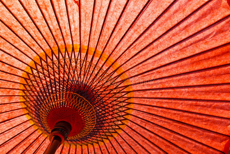 Ombrello di rosso di stile giapponese fotografie stock libere da diritti