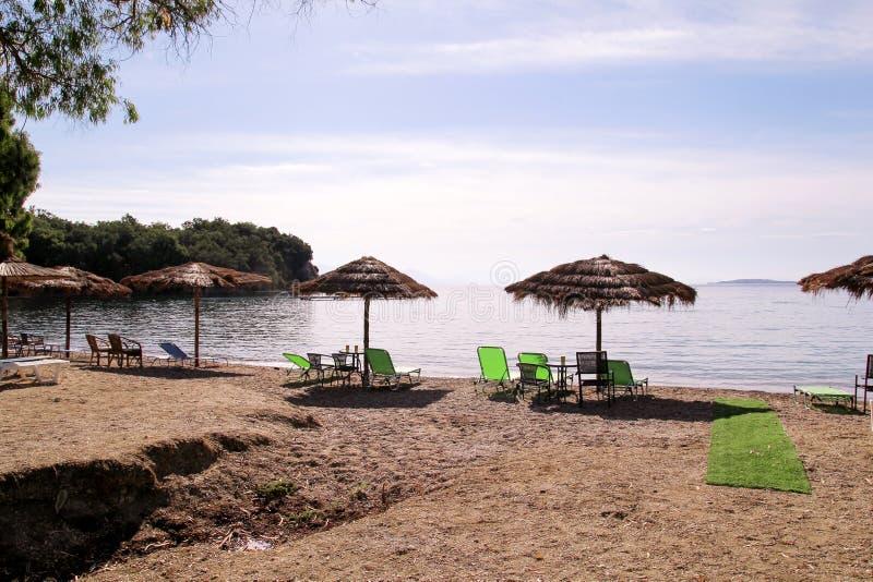 Ombrello di sole di vimini solo alla spiaggia dal mare Parasoli di bambù naturali, parasole dell'ombrello di estate, sdrai, tavol fotografie stock libere da diritti