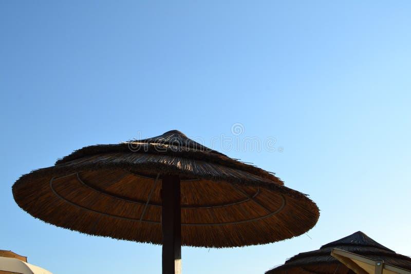 Ombrello di spiaggia fatto di paglia immagini stock libere da diritti