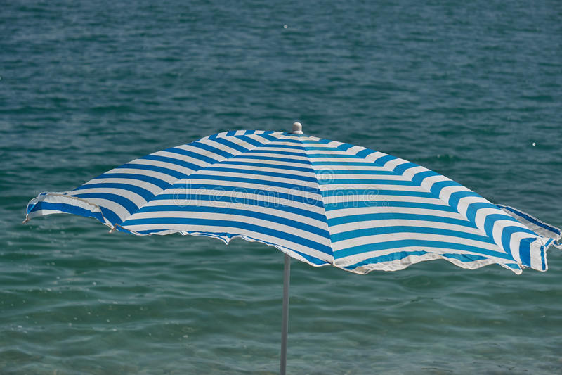Ombrello di spiaggia in mare immagini stock