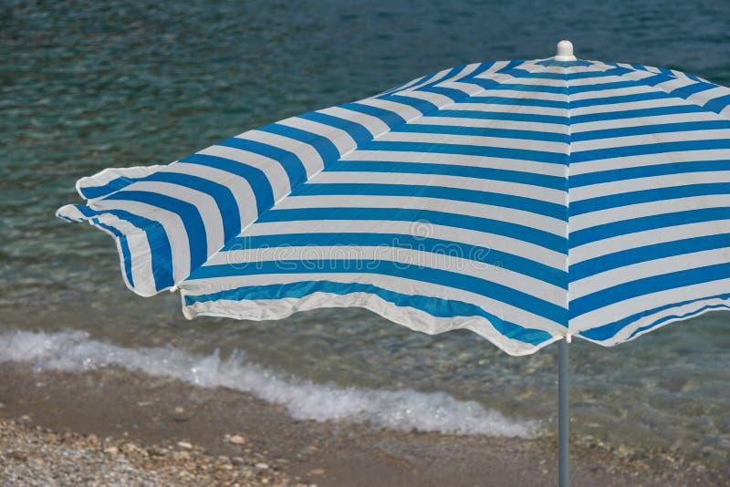 Ombrello di spiaggia in mare fotografia stock