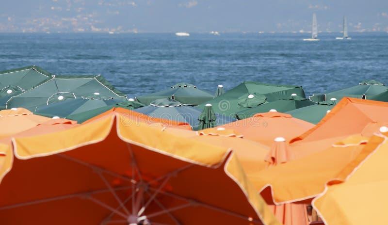 Ombrello di spiaggia nel lago fotografia stock libera da diritti