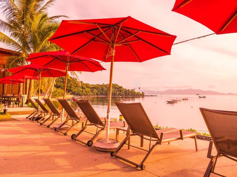 Ombrello e sedia intorno alla piscina all'aperto in hotel e nella ricerca fotografia stock libera da diritti