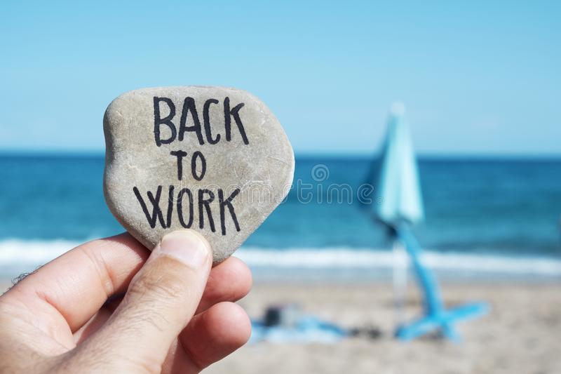 Ombrello e testo di spiaggia piegati di nuovo a lavoro fotografia stock