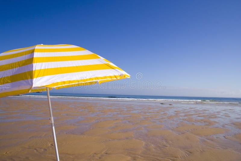 Download Ombrello Giallo Alla Spiaggia Fotografia Stock - Immagine di estate, paradise: 3135768
