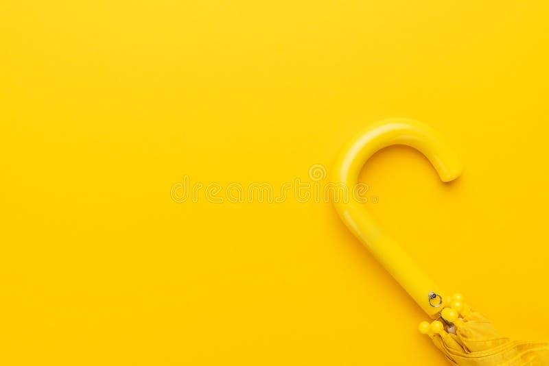 Ombrello giallo piegato fotografia stock
