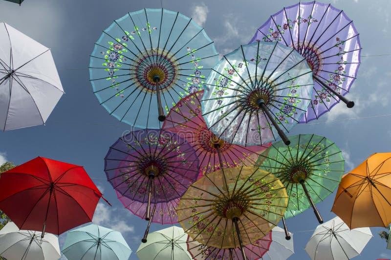 Ombrello iridescente di colori fotografie stock