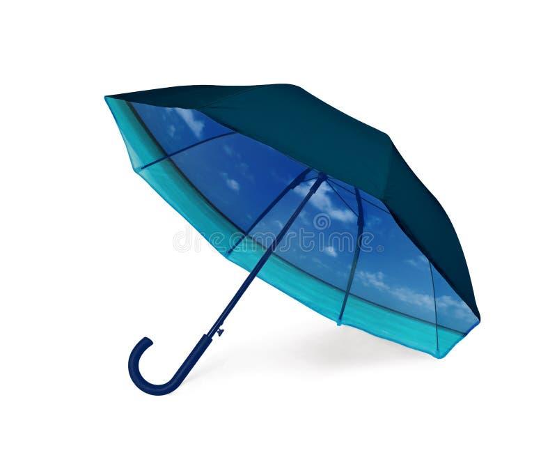 Ombrello nero con la vista tropicale della spiaggia dentro fotografia stock libera da diritti