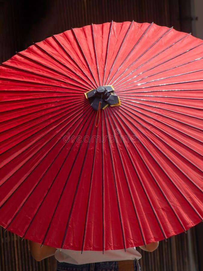 Ombrello rosso disegnato giapponese immagini stock