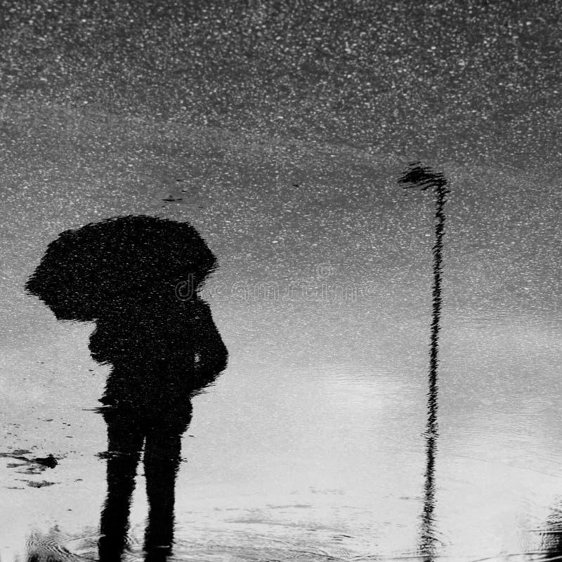Ombrello sotto la pioggia fotografia stock