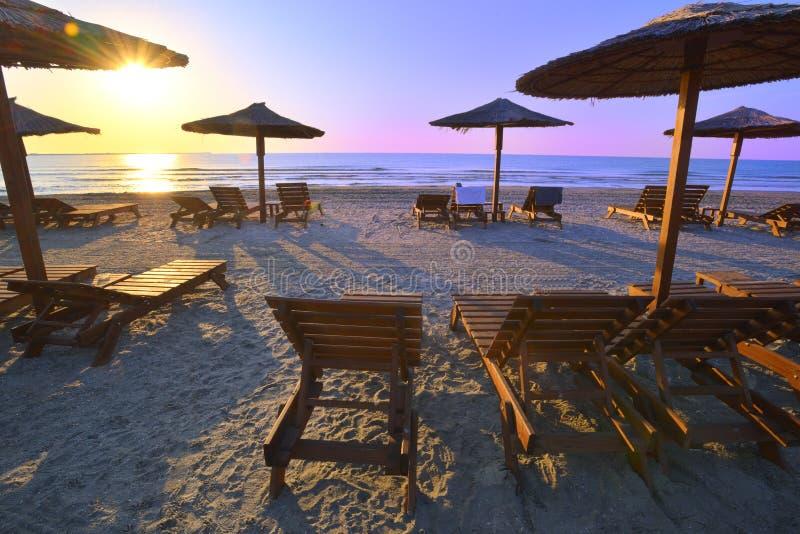 Ombrelloni e lettini sulla bella spiaggia sabbiosa di estate fotografie stock