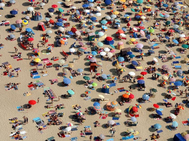 Ombrelloni su una spiaggia ammucchiata fotografia stock