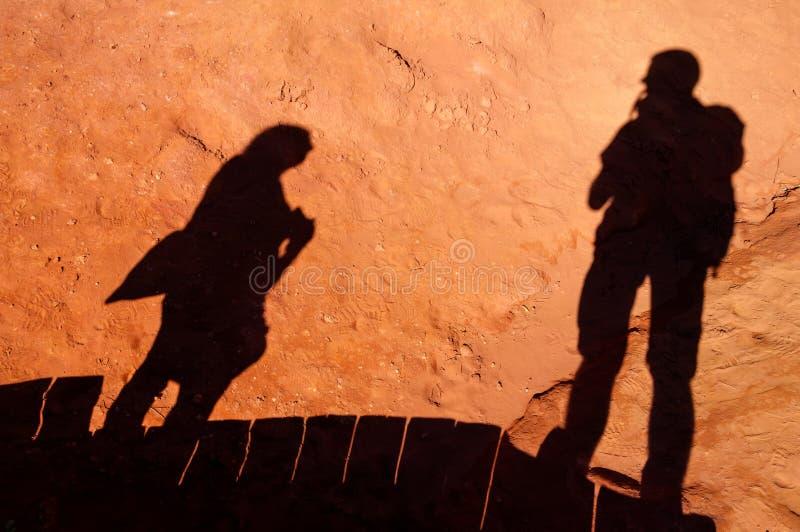 Ombres de touristes sur Le Sentier des Ocres dans le Comté de Roussillon dans les Frances photographie stock libre de droits
