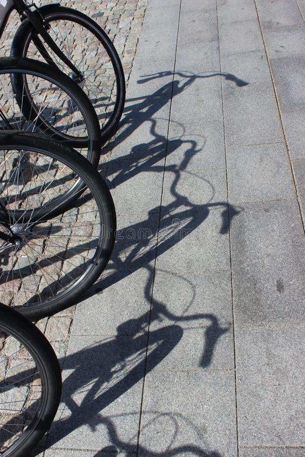 Ombres de vélo sur le trottoir photographie stock libre de droits