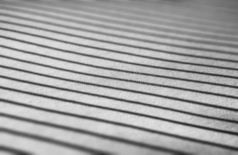 Ombres noires et blanches diagonales sur le fond de texture de neige image stock