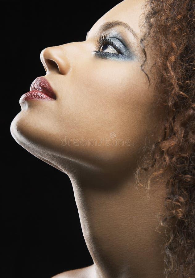 Ombretto d'uso della bella giovane donna fotografie stock