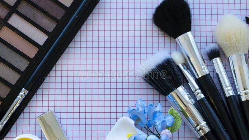 Ombretto e set di pennelli fotografie stock libere da diritti