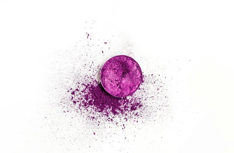 Ombretto porpora schiacciato asciutto della tavolozza rotonda come campione del prodotto cosmetico su fondo bianco fotografie stock