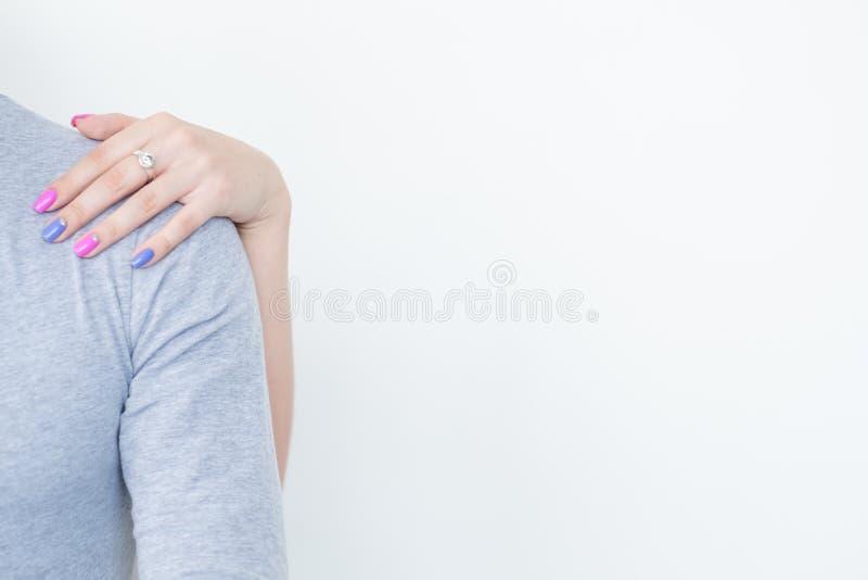 Ombro fêmea do homem da mão da ternura da afeição do cuidado fotos de stock royalty free