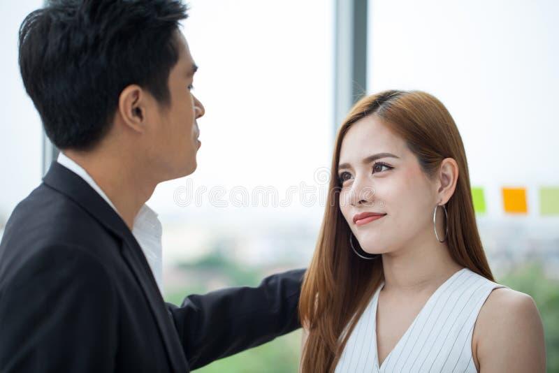 ombro patting da mulher de negócios do homem de negócios colegas novos de apoio do trabalhador da menina da virada do mento imagens de stock royalty free