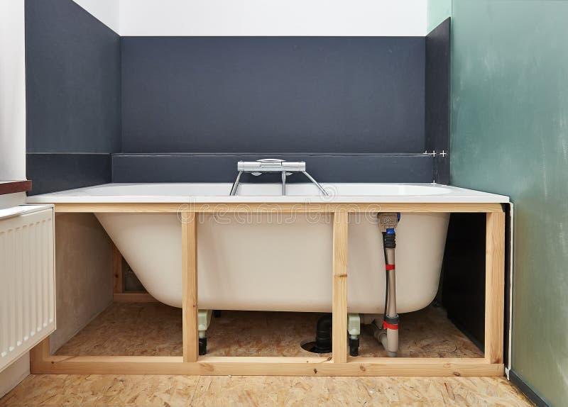 Omdana ett badrum i renoverat hus arkivbilder