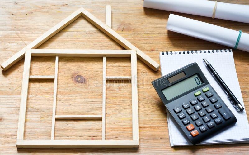 Omdana konstruktionsvärderingen av hem- renovering som är abstrakt med räknemaskinen och plan royaltyfri bild