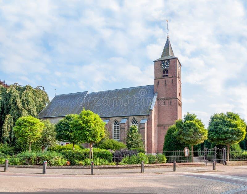 Omdanad kyrka i den holländska byn av Echteld arkivfoto