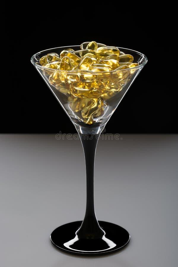 Omega 3 dorsz wątróbki oleju kapsuły kreatywnie zdjęcia royalty free