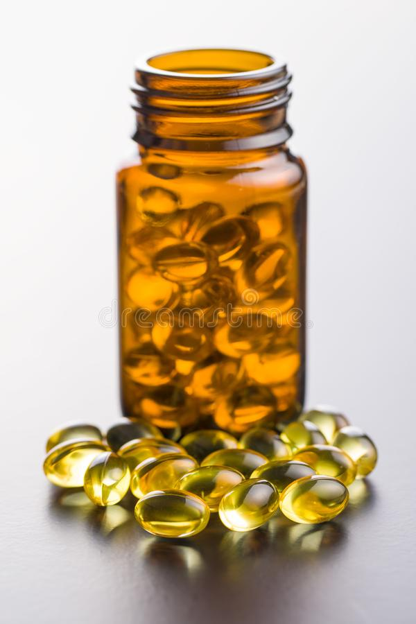 Omega 3 Gelkapseln lizenzfreies stockbild
