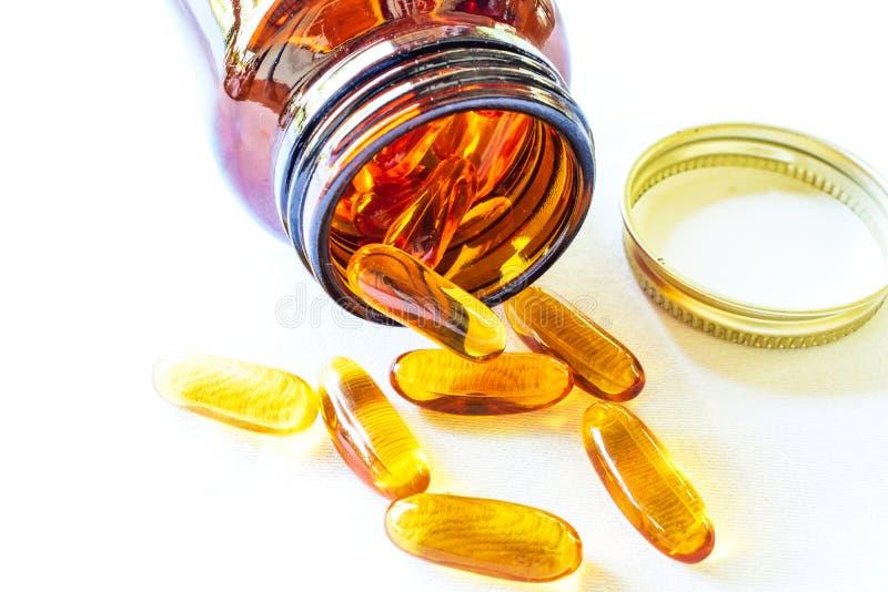 Omega 3 Pillen verbreitet auf dem Tisch stockfoto