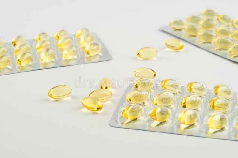 Omega3 van vistraancapsules en blaren biologisch actief additief op een licht achtergrondclose-up zijaanzicht stock afbeeldingen