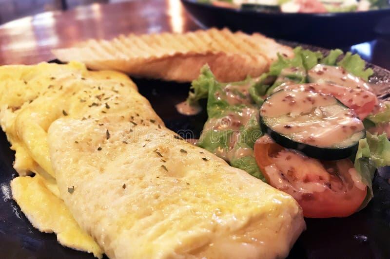 Omelet de ovo, queijo de cogumelo imagens de stock royalty free