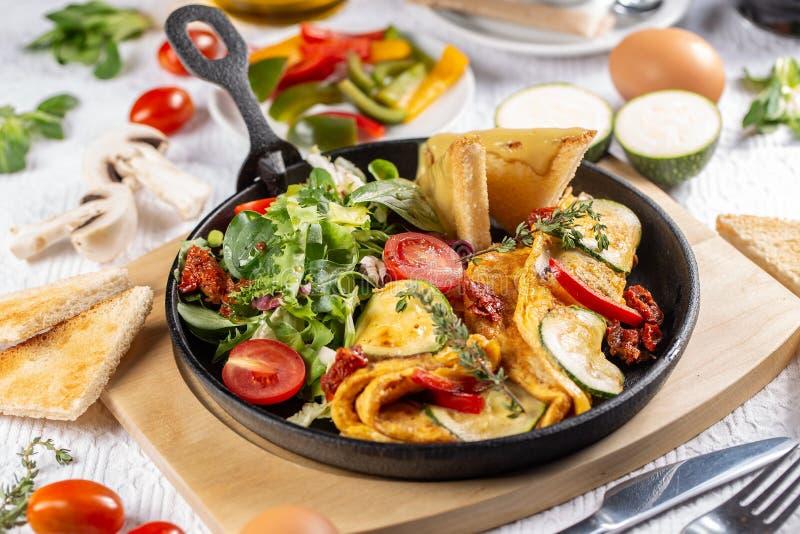 Omelet die met salade wordt gediend stock afbeeldingen