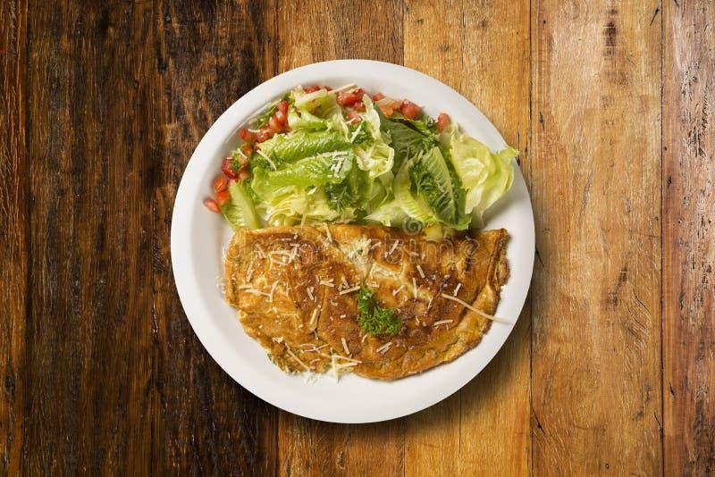 Omelet en salade stock foto