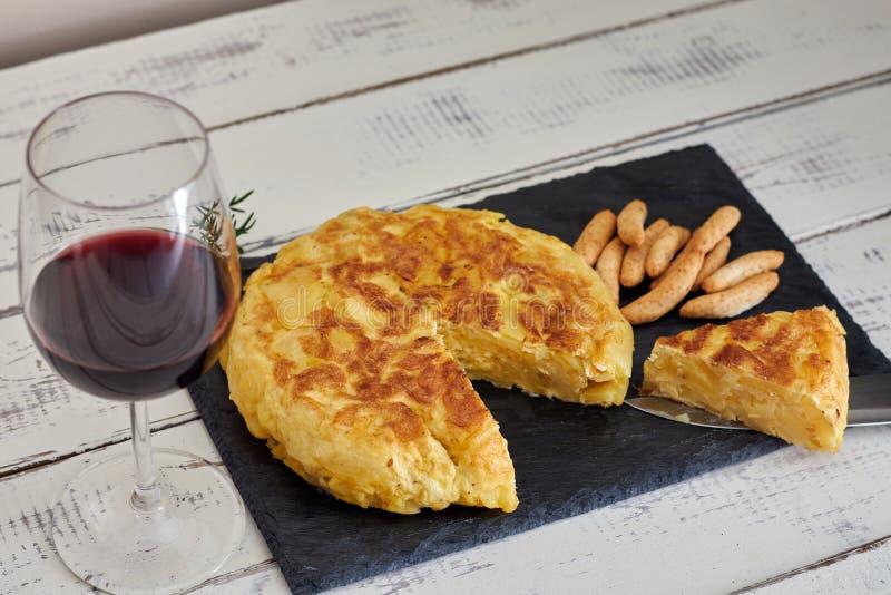 Omelet met broodstok en wijnglas stock afbeeldingen