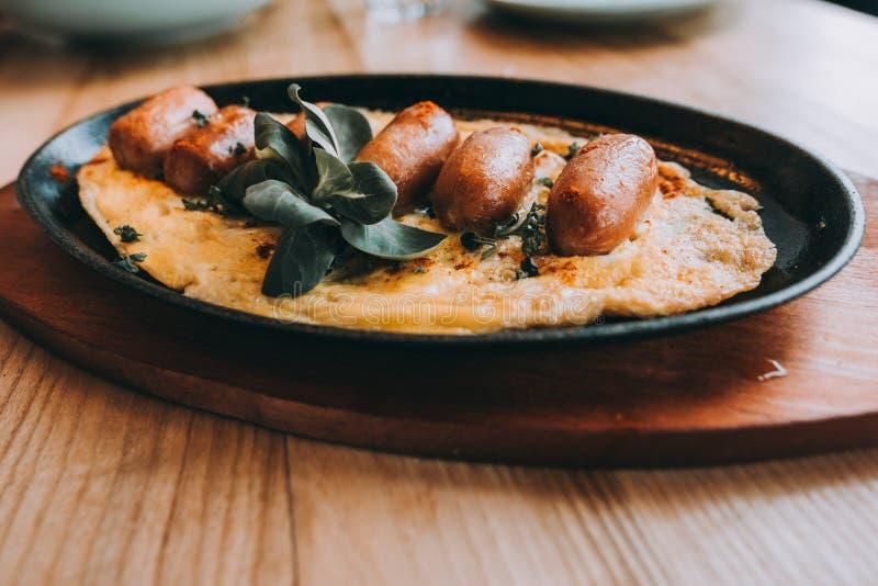 Omelet met chorizo worst, kruiden en tomaten royalty-vrije stock afbeeldingen