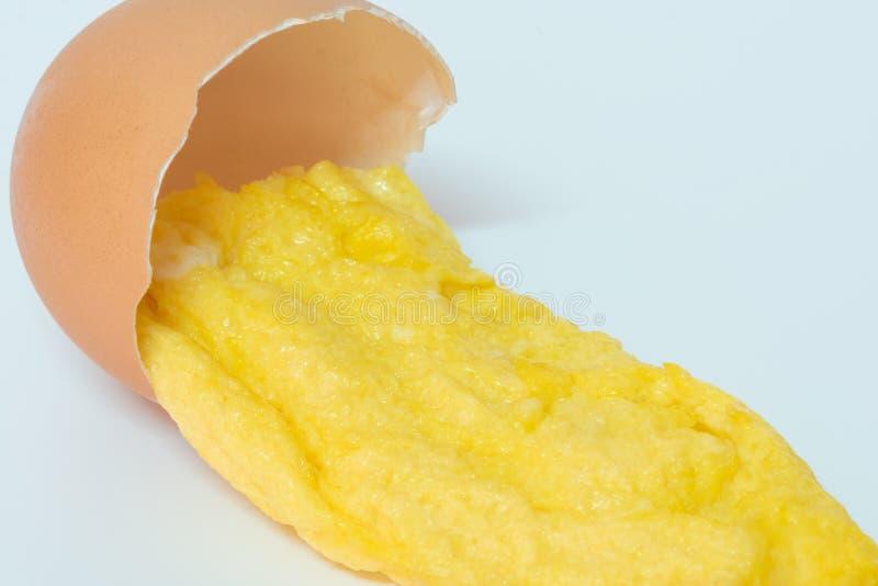 Omelet met eierschaal stock foto's