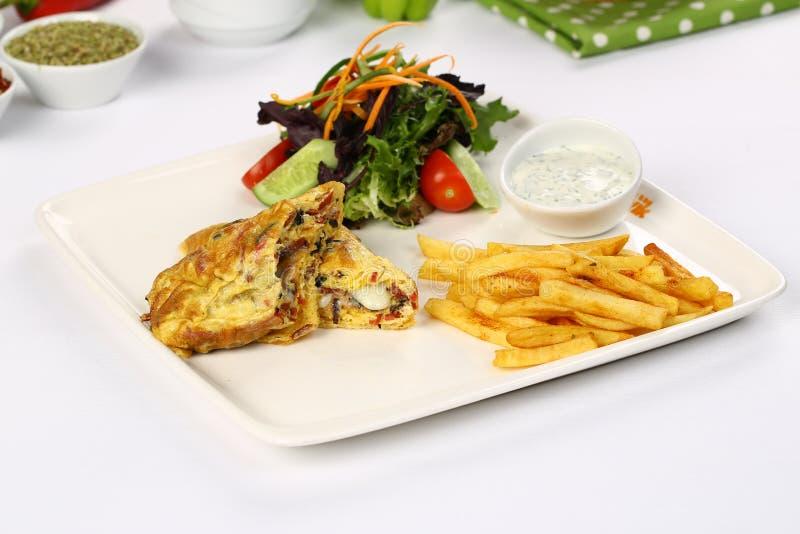 Omelet met frieten stock foto