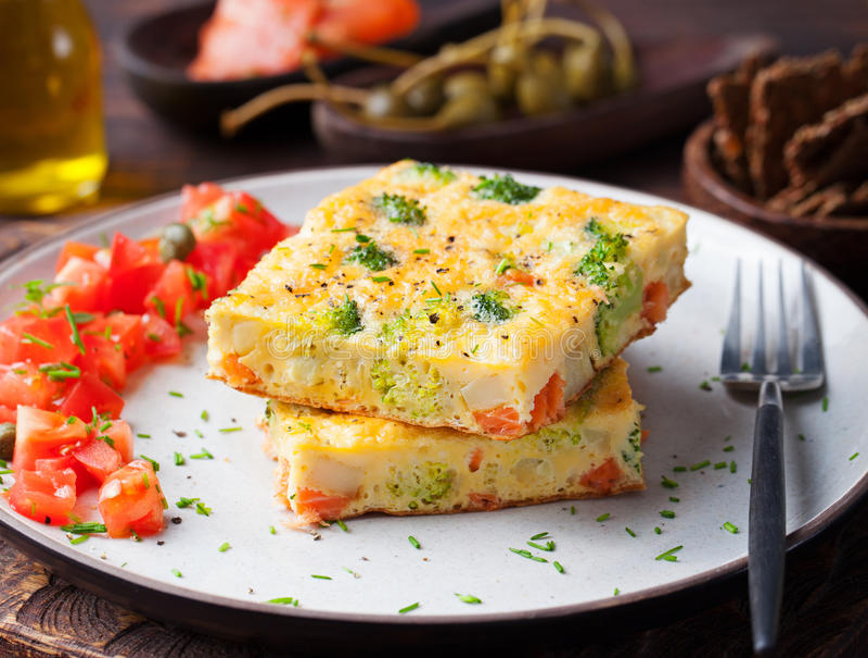 Omelet met gerookte zalm en broccoli op een plaat royalty-vrije stock foto's
