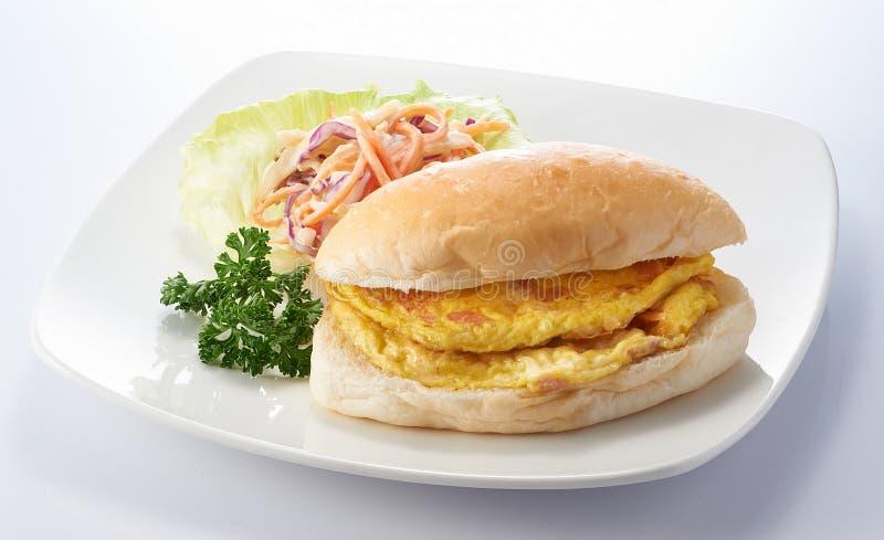 Omelet met Gesneden Kip Ham Burger royalty-vrije stock afbeelding