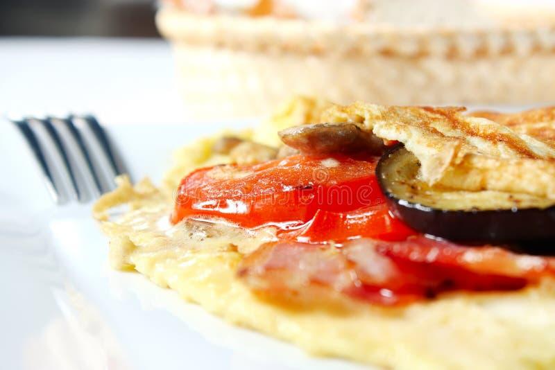 Omelet met groenten en bacon stock foto's