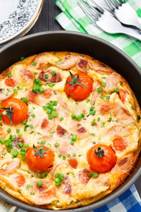 Omelet met ham en kersentomaten royalty-vrije stock afbeeldingen
