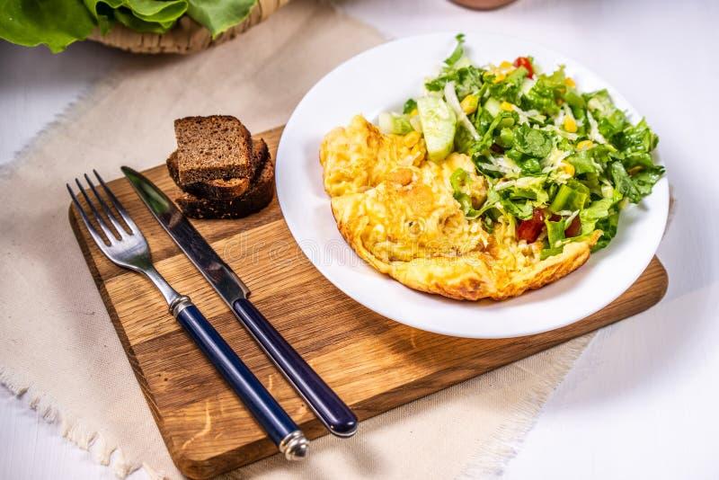 Omelet met kaas en salade stock afbeelding