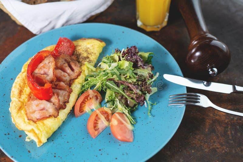 Omelet met tomaten en bacon royalty-vrije stock foto